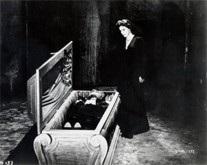 opening-of-vampire-coffin-1